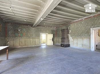 vortretende Stichkappen Platzanlage - Historische Liegenschaft mit Nebengebäude und Stall in Grades