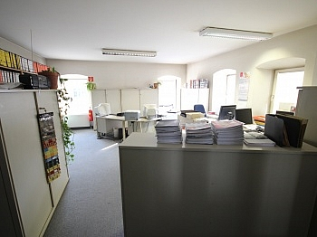 Hauseingene Stadtmittig Geschäfts - Bürohaus mit Lagerhallen in der Feldkirchnerstraße