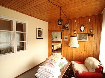 Wohnzimmer Dorfgebiet Jagdzimmer - Wohnhaus mit Geschäftslokal in Zweinitz