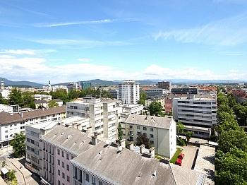 großzügiges weitläufigen Außenfassade - Hoch hinauf! Gepflegte 2-Zi-Wohnung im 10.Stock
