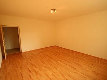Eingang großer Vorraum - Komplett sanierte 2 Zi Wohnung in Welzenegg