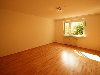Vorraum Carport Eingang - Komplett sanierte 2 Zi Wohnung in Welzenegg