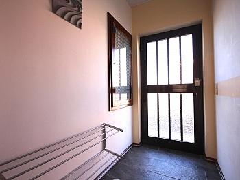 Garderobenbereich Küchenanschluss Sitzgelegenheit - Heimelige Doppelhaushälfte in Ferlach