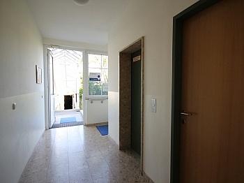 representative Barrierefreie Eingangshalle - Schönes 90 m² Büro mit 73 m² großem Lagerraum