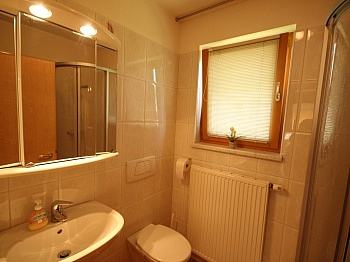 gepflegtes Badezimmer erreichbar - Wunderschönes junges Haus Nahe OBI, 9560