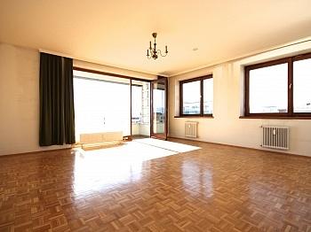 renovierungsbedürftig sonnendurchflutete Garderobenbereich - Zentrale 4-Zi-Wohnung in Klagenfurt/Bahnhofstraße