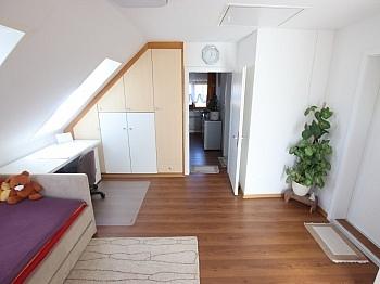 Rolltor jeweils Balkon - Schönes saniertes Einfamilienwohnhaus in Welzenegg
