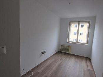 SOFORT Erster Wasser - Teilsanierte 3 Zimmer Wohnung in der Feldhofgasse