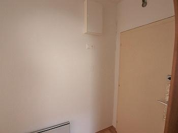 Kachelofen erreichbar Wohnzimmer - Teilsanierte 3 Zimmer Wohnung in der Feldhofgasse