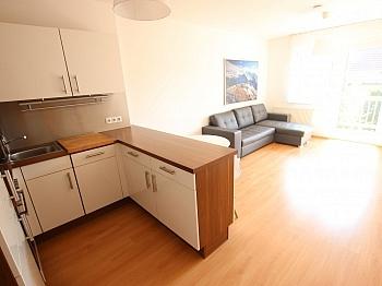 Hausverwaltung Fliesenböden Obergeschoss - Junge 50m² 2 Zi Wohnung mit Balkon am Stadtrand