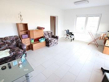 Fliesenböden Obergeschoss Außenrollos - 250m² Wohnhaus in St. Thomas - Magdalensberg
