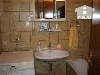 Wohnzimmer deckenhoch Fernwärme - 2 Zi Wohnung in Waidmannsdorf - Mozartstrasse